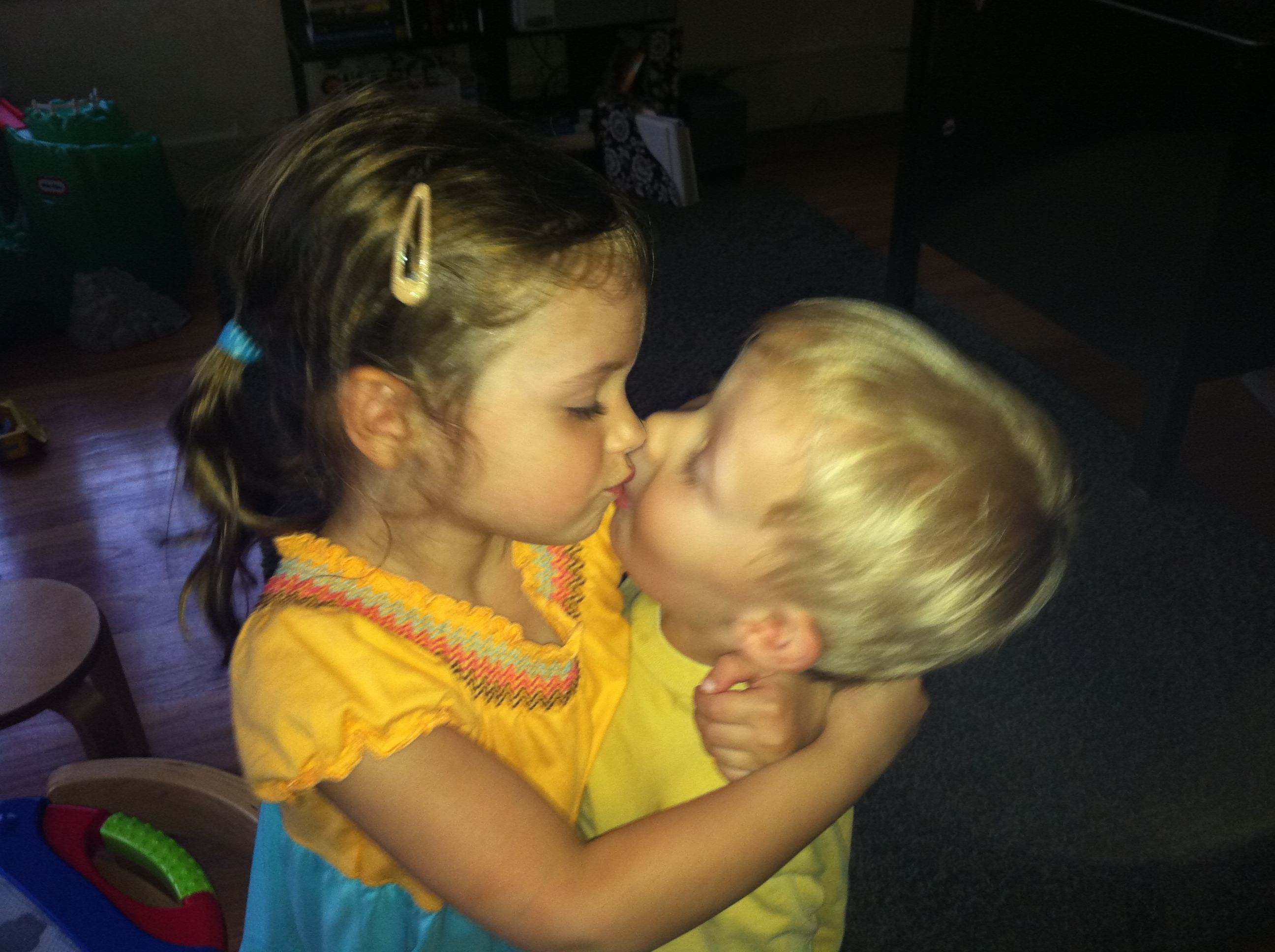 Displaying 18 gt  Images For - Little Kids Kissing Gif   Kids Kissing Gif